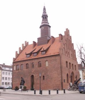 Pozostałości gotyckich murów obronnych można zobaczyć np. w Morągu. Na zdjęciu morąski ratusz. Fot: archiwum