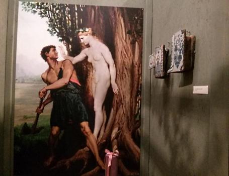 Wystawę zaaranżowano tak, by zwiedzający mogli poczuć się tak, jakby byli w ogrodowej altanie...