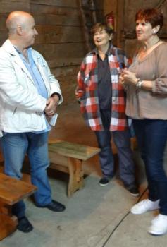 Wczoraj Warmię przybliżyła uczestnikom pleneru w Godkach Jagoda Semków z Muzeum Mikołaja Kopernika we Fromborku (pierwsza z prawej). Po lewej: prof. Wojciech Sęczawa, współprowadzący plener, pośrodku: Halina Różewicz - Książkiewicz