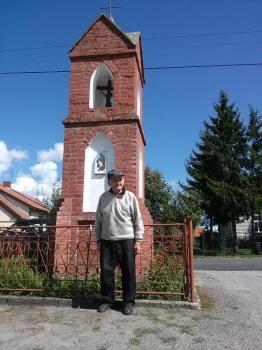 Pan Stefan Niemyjski z miejscowości Świątki (powiat olsztyński) jest dumny z tego, że wiele lat temu uczestniczył w pracach budowlanych przy tej kapliczce. Chętnie podzielił się swoimi wspomnieniami z realizatorami projektu