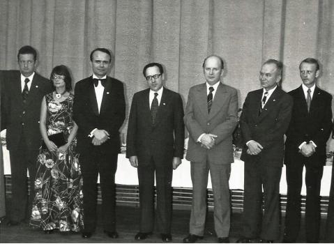 Na zdjęciu wojewoda Lorbiecki - trzeci od prawej na spotkaniu z zespołem teatru.